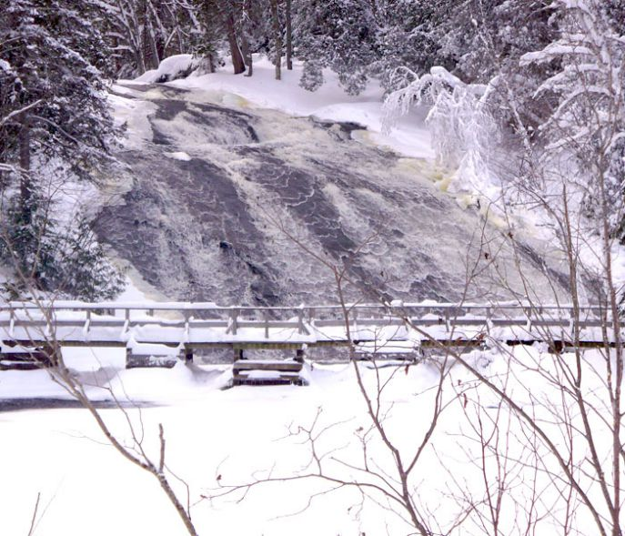 DISCOVER SPLENDID NATURE SCENES THROUGHOUT OUR MANY SNOWMOBILE TRAILS